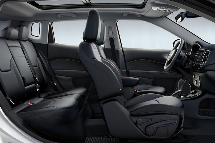 Interior con asientos de la Jeep Compass