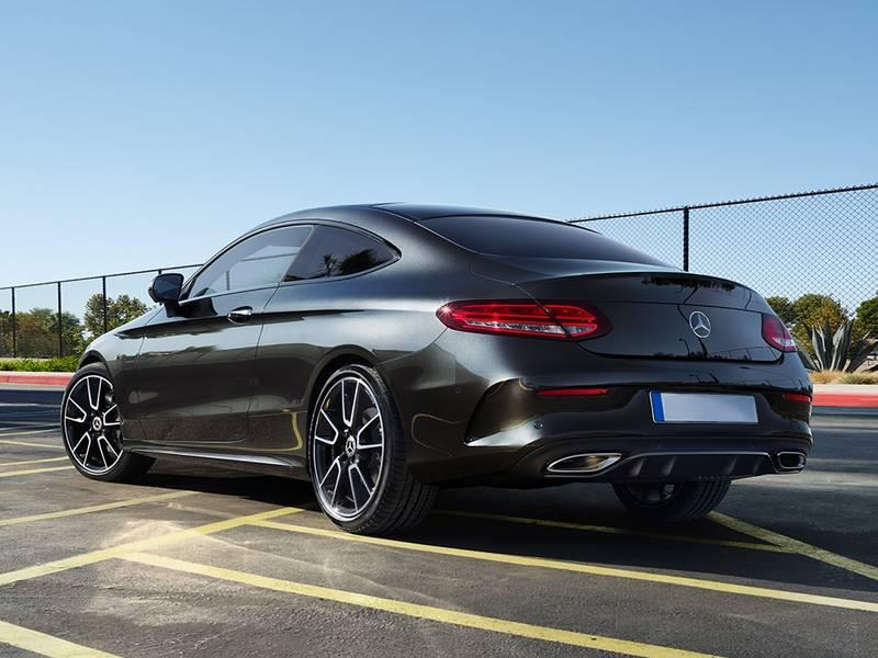 Mercedes-Benz negro estacionado