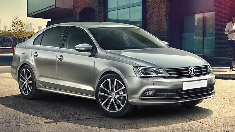 Volkswagen gris plateado estacionado