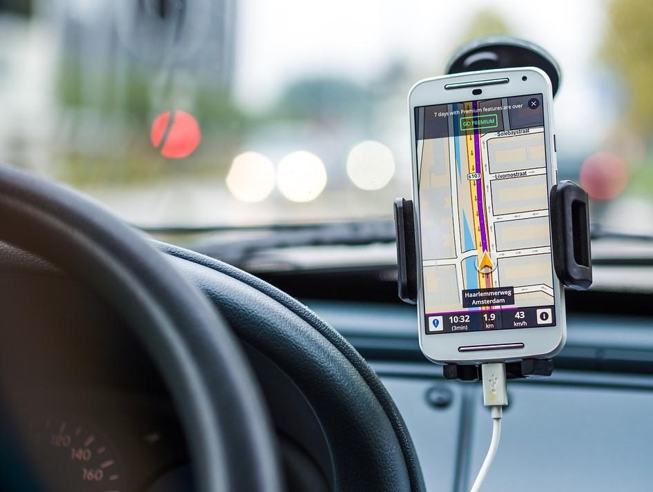 Teléfono en tablero de auto