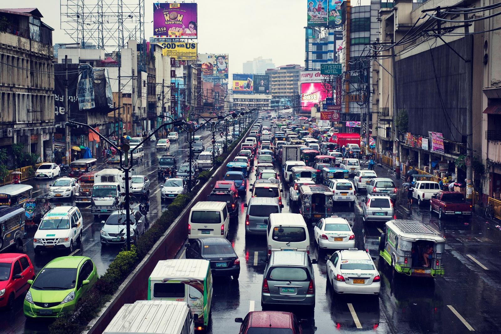 Tráfico ciudad lluvia