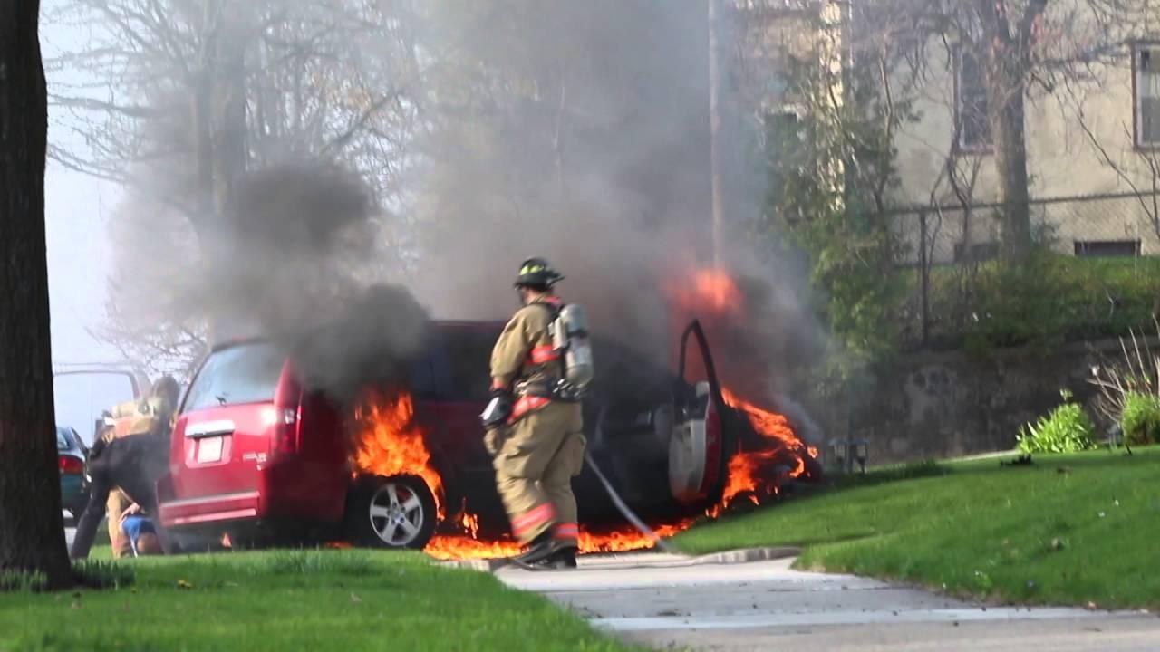 Apagando auto en llamas