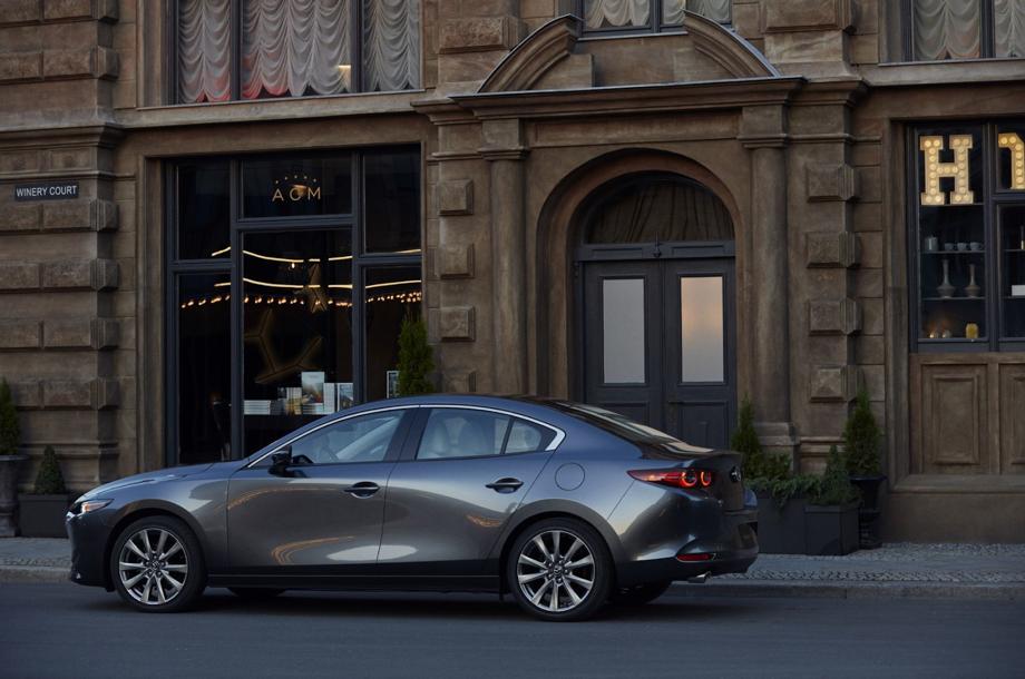 Mazda 3 Sedán i en la ciudad