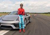 Niña de 16 años impone récord Guinness en un Porsche 718 Spyder