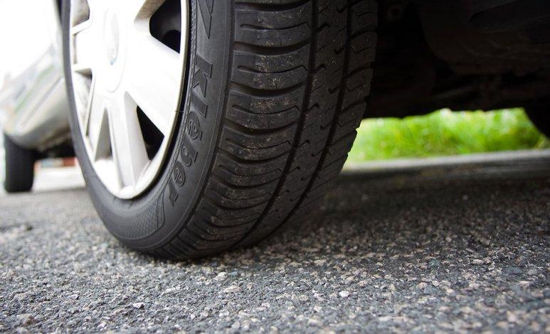 ¿Es correcto bajar la presión a las llantas para salir a carretera?