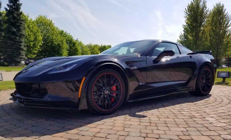 Último Corvette C7 con motor frontal fue subastado en 2.7 millones de dólares