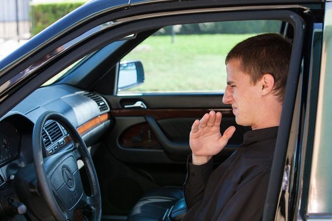 Cómo eliminar el mal olor del auto