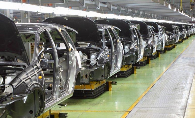 ¿El acero se mantiene en la carrocería de los autos?