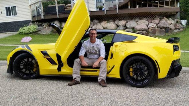 Conoce la historia de un ciego que ahora conduce un Corvette