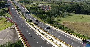 ¿Cuánto miden los carriles en las autopistas?